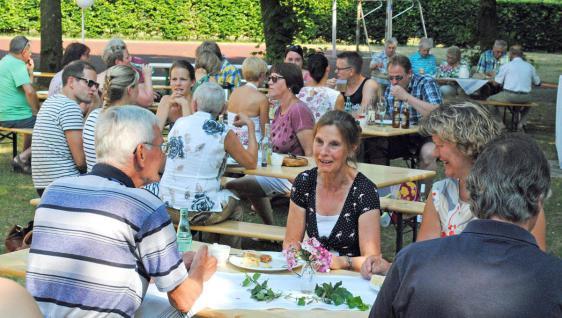 Julian-James Mandviwala, Heike Cording, Astrid Holtz und Sieglinde Wemmel sind mit dem Verlauf des Bürgerpicknicks zufrieden. © Scheland
